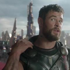 Thor discute con Hulk por el resultado de su batalla en la arena.