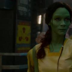Gamora es abucheada por los criminales.