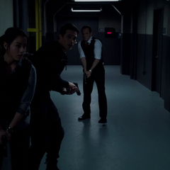 Skye, Ward y Coulson exploran el Hub.