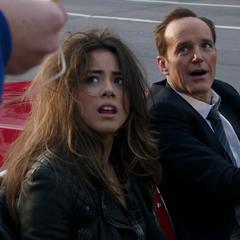 Skye y Coulson tras su escape del Autobús.