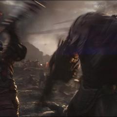 Korg golpea a Obsidian con su arma.