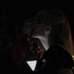 Stark y Potts besándose.