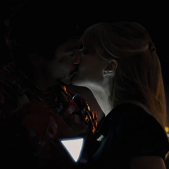 Potts y Stark se besan por primera vez.