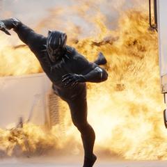 T'Challa huye de la explosión.