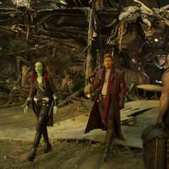 Gamora y Drax acompañan a Quill en su viaje.