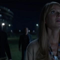 Potts y los Vengadores ven a Danvers aterrizar.