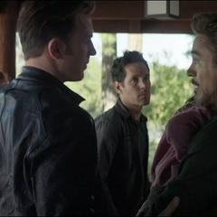 Rogers intenta convencer a Stark de ayudarles.