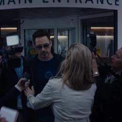 Stark se retira del hospital.