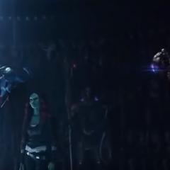 Gamora viendo cómo Thanos tortura a Nebula.