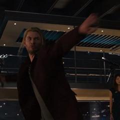 Thor a punto de destruir el cuerpo principal de Ultrón.