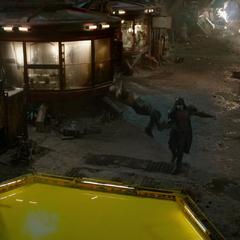 Ronan lanza a Drax en un tanque tras derrotarlo.