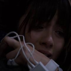 Skye abraza llorando a Fitz.