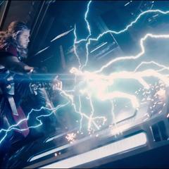 Thor despierta al androide de Vibranio de Ultrón.