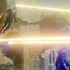 Stark, Visión y Thor atacan a Ultrón hasta debilitarlo.