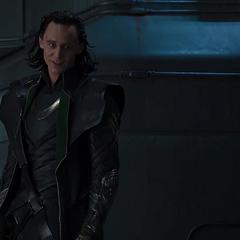 Loki discute con un malherido Coulson.