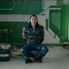 Loki encadenado en una silla en la habitación de Brunnhilde.