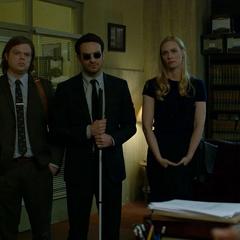 Murdock, Nelson y Page llegan a la oficina de Reyes.