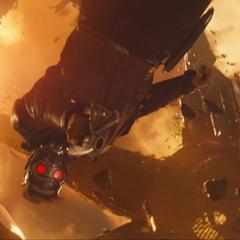 Quill le lanza una mina de gravedad a Thanos.