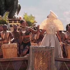 Shuri y Ramonda durante la apertura de la coronación de T'Challa.
