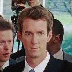 Adam Harrington como Reportero #2