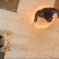 Loki a punto de ser capturado por un portal.