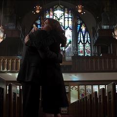 Romanoff abraza a Rogers.