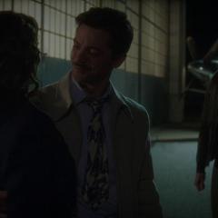 Stark le agradece a Carter haberlo salvado.