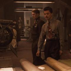 Stark conversa con Rogers antes de elegir un escudo.