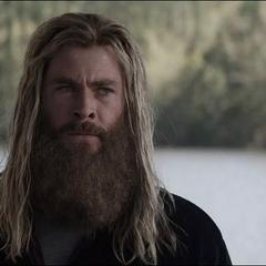 Thor entristecido por la muerte de Romanoff.