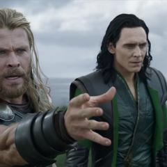 Thor se sorprende al ver a Hela detener el Mjolnir.