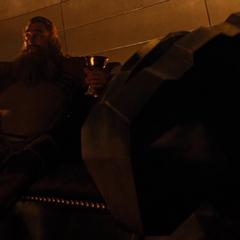 Volstagg comenta acerca del destierro de Thor.