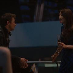 Cho habla con Barton durante la fiesta.