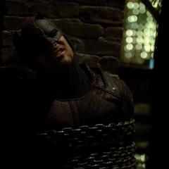 Daredevil hace sonar cadenas, llamando la atención de Jerry.