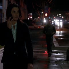 Hill descubre que varios agentes la están espiando.