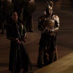 Loki se burla de la situación.