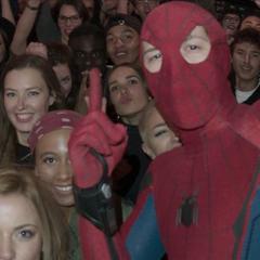 Parker se graba con varias personas en la fiesta.