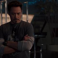 Stark escuchando a Visión.