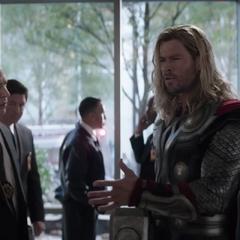 Thor discute con Pierce.