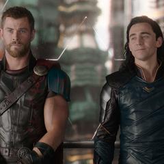 Loki y Thor tienen una charla en el elevador.