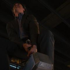 Banner intenta levantar el Mjolnir.