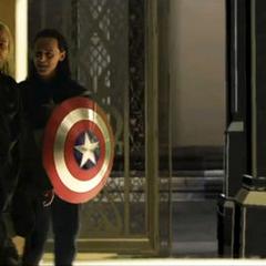 Thor aguanta las bromas de Loki.