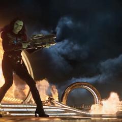 Gamora advierte a Groot sobre el peligro.
