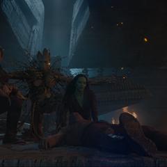 Quill y los demás son protegidos por Groot.