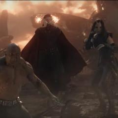 Strange, Drax, Mantis y Quill llegan a la batalla tras resucitar.
