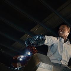 Rhodes ayuda a Stark a intentar levantar el Mjolnir.