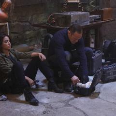 Johnson y Coulson después del intento fallido de mantener el portal abierto.