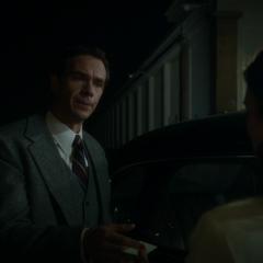 Jarvis le da a Carter su número.