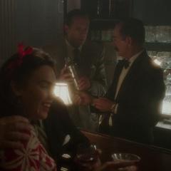 Jarvis prepara un martini con el barman.