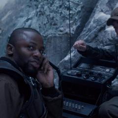 Jones le informa a Rogers que Zola se encuentra en el interior del tren.