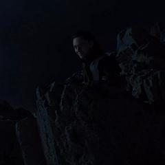 Loki observa la pelea de Stark y Thor.